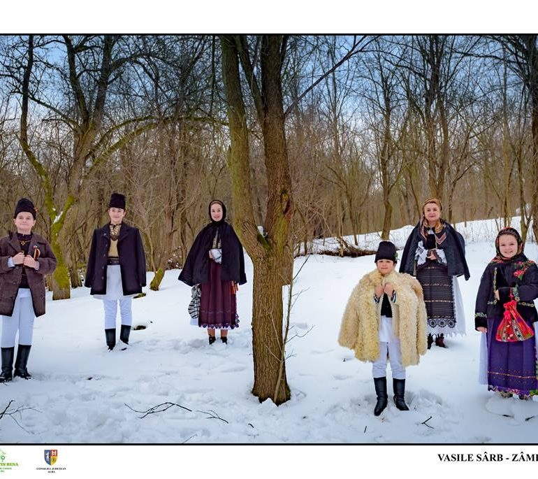 """FOTO: Expoziția de artă fotografică cu caracter etnografic """"În căutarea tradiţiilor"""", prezentată în deschiderea Concertului tradiţional de colinde de la  Casa de Cultură a Sindicatelor din Alba Iulia"""
