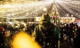 """FOTO-VIDEO: Magia Sărbătorilor de Iarnă, adusă la """"Crăciunu` din 21"""". Sute de albaiulieni au fost colindaţi de The Puzzles, Denisa Moga & Band, Ionuț Fulea, Ina Todoran, Sebastian Stan şi Cătălin Hașa"""