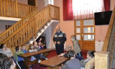 FOTO: Peste 100 de elevi din Sebeş şi Aiud au fost sfătuiţi de poliţişti să adopte un comportament preventiv