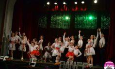 """FOTO-VIDEO: """"Feerie de Crăciun"""", pe scena Casei de Cultură a Studenţilor din Alba Iulia. Clubul """"Life is dance"""" au sărbătorit venirea Crăciunului în paşi de dans"""