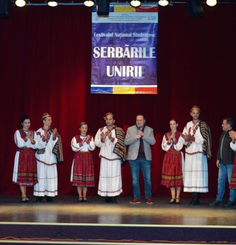 """FOTO: S-a încheiat a XXVI-A ediţie a Festivalului Naţional Studenţesc """"Serbările Unirii"""". Cântec, joc şi voie bună pe scena Casei de Cultură a Studenţilor"""