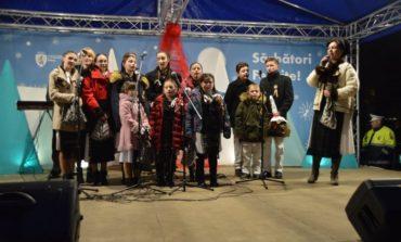FOTO-VIDEO: Atmosferă autentică de Crăciun, la Sebeș. Concert de colinde şi cadouri pentru copii, în Parcul Tineretului