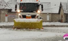 FOTO: Primăria Municipiului Sebeş a intervenit cu cinci autobsculante de curăţire a carosabilului şi împrăştiere material antiderapant, în urma ninsorilor abundente