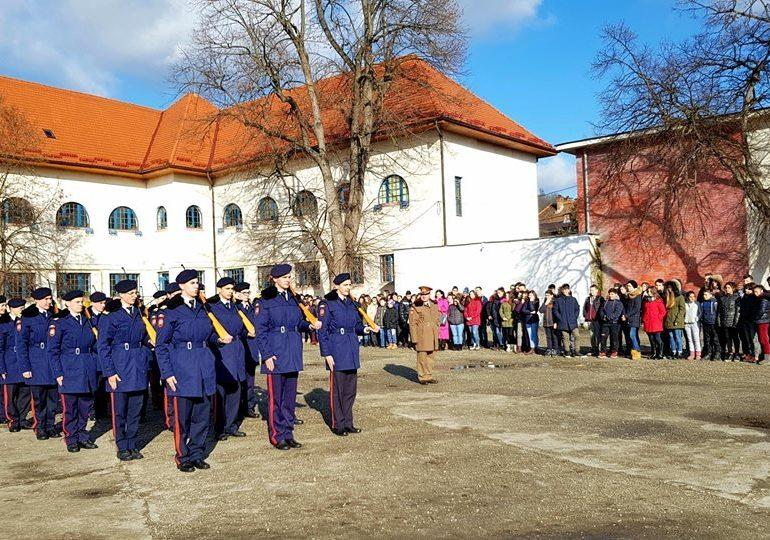 """FOTO: ,,Performanţă cu epoleţi"""". Elevii Colegiului Naţional Militar """"Mihai Viteazul"""" şi-au prezentat oferta educaţională la două şcoli din Luduş şi Târnăveni"""