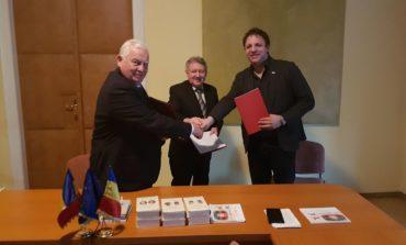 """FOTO: Parteneriat între Biblioteca Județeană ,,Lucian Blaga"""" Alba și Academia Română - Filiala Timișoara, semnat cu prilejul Zilei Culturii Naționale"""