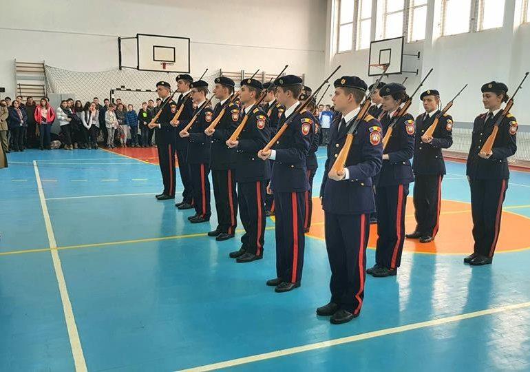 """FOTO: Elevii Colegiului Naţional Militar """"Mihai Viteazul"""" din Alba Iulia continuă să-şi prezinte oferta educaţională în şcolile din ţară, în cadrul proiectului """"Performanţă cu epoleţi"""""""