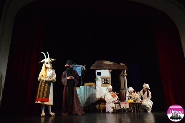 """Teatrul de Păpuşi """"Prichindel"""" din Alba Iulia dă startul spectacolelor din anul 2018. """"Capra cu trei iezi"""", la Casa de Cultură a Studenţilor"""