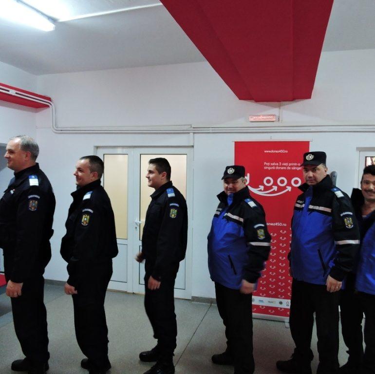 """FOTO: Campania """"Donează sânge! Oferă o șansă pentru viață!"""", la Alba Iulia. Aproximativ 15 angajaţi ai Jandarmeriei Alba s-au prezentat la Centrul de Transfuzie Sanguină Alba şi au donat sânge"""