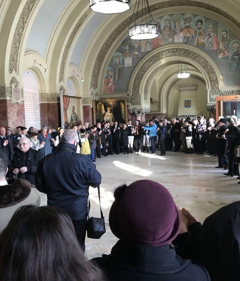 """FOTO-VIDEO: 159 de ani de la """"Mica Unire"""", marcaţi la Alba Iulia. Spectacol artistic și horă, la Sala Unirii"""
