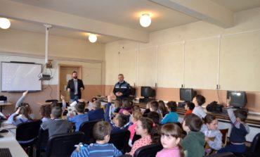 """FOTO: Peste 500 de elevi din 18 unităţi de învăţământ din judeţul Alba sunt implicați în proiectul """"Școala Siguranței Tedi"""", derulat împreună cu poliţia"""