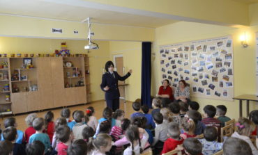 FOTO: Activități pentru prevenirea accidentelor în școli și grădinițe, a poliţiştilor din Alba