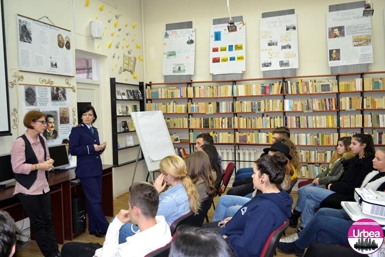 """FOTO: Proiectul """"Comunicare, NU violenţă!"""", la Colegiul Economic """"Dionisie Pop Marţian"""" din Alba Iulia. Liceenii sfătuiţi de poliţişti cum să evite situaţiile de conflict"""