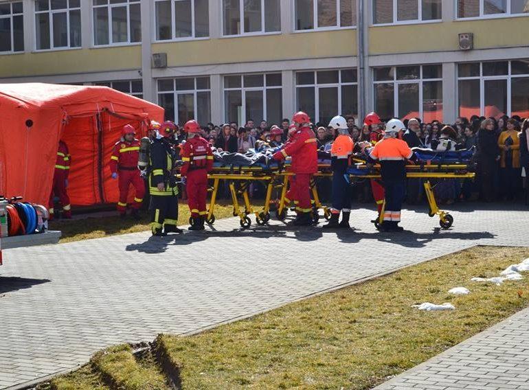 """FOTO: Exerciţiu ISU Alba la Colegiul Naţional """"Lucian Blaga"""" Sebeş. În scenariu, gestionarea unei situaţii de urgenţă generată de producerea unui cutremur"""