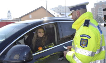FOTO: 1 Martie la Alba Iulia, cu poliţiştii rutieri. Mărţişoare pentru şoferiţele din trafic