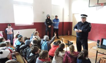 """FOTO: Săptămâna """"Școala altfel"""". Jandarmeria Alba, în vizită la Școala Gimnazială """"Mihail Kogălniceanu"""" din Sebeș"""