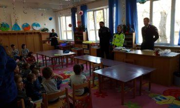 """FOTO: Poliţiştii din Alba, alături de copii, în cadrul Programului """"Şcoala altfel"""""""