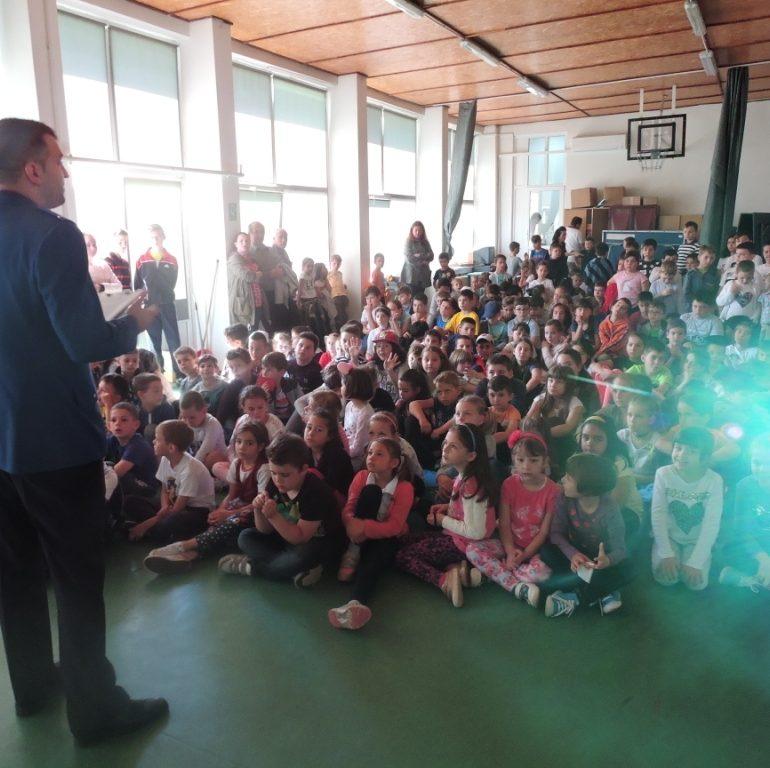 """FOTO: Jandarmii albaiulieni, în vizită la Școala Gimnazială """"Avram Iancu"""" din Alba Iulia"""