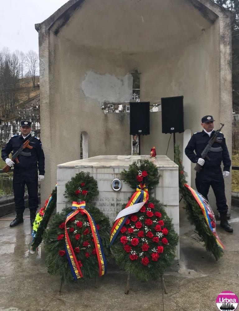 FOTO: Ceremonie de depunere coroane de flori la monumentul închinat jandarmului căzut la datorie, Nicolae Lazăr