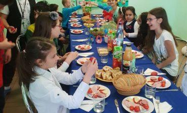 """FOTO: Masă festivă pentru copiii de la Centrul Educaţional de Zi ,,Sfântul Nicolae"""" din Alba Iulia"""