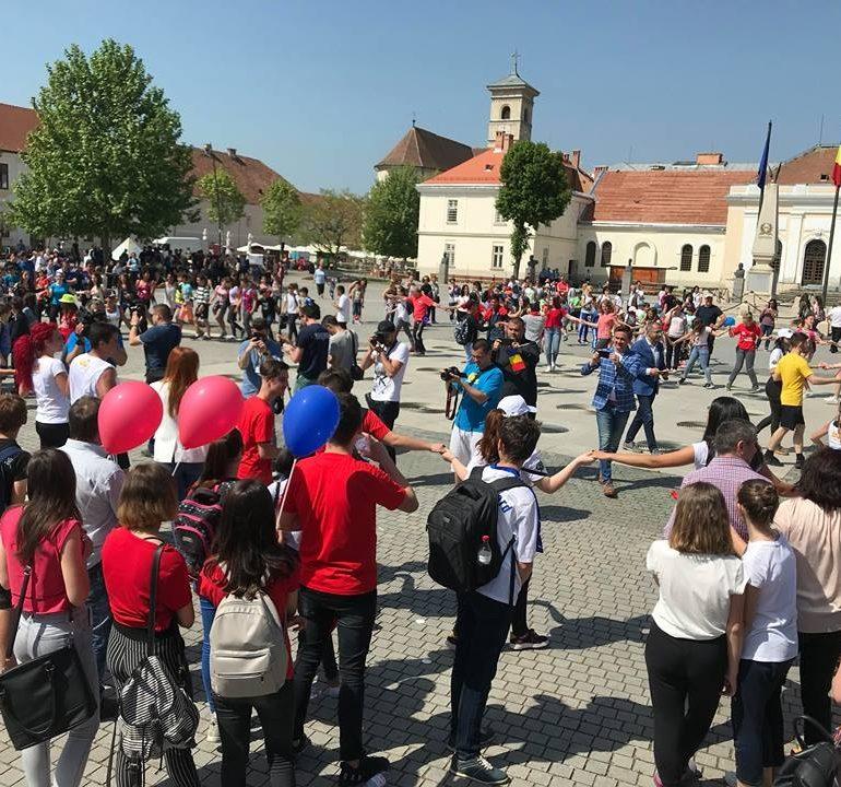 FOTO-VIDEO: Ateliere de creație, demonstrații sportive, horă și flashmob, în Piaţa Cetăţii din Alba Iulia cu ocazia Zilei Naţionale a Tineretului