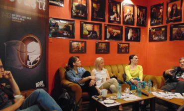 """VIDEO: Actorii Teatrului """"Odeon"""" București, la """"poveşti"""" cu albaiulienii. Totul despre spectacolul """"Pescărușul"""", într-o reinterpretare a clasicului"""