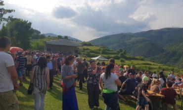 """FOTO: A doua zi de Rusalii, la Ampoița, oamenii au ieșit în """"Rai"""". A fost lansată """"Cartea de Onoare"""" a Comunei Meteș"""