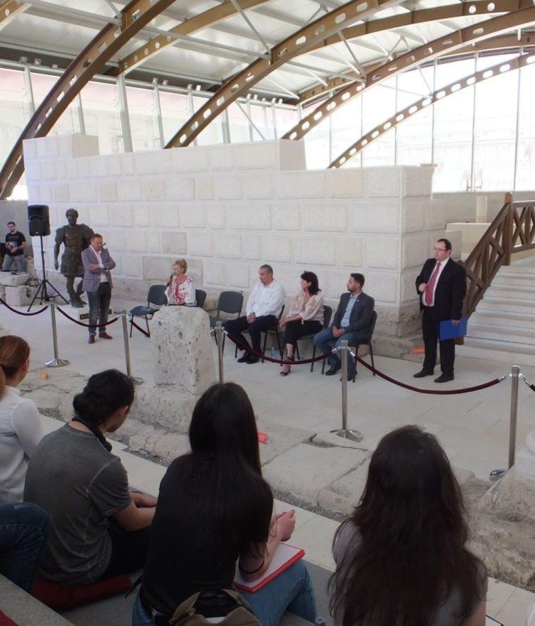 FOTO: Dezbatere vie despre tineri, comunitate şi România, la Muzeul Principia din Alba Iulia