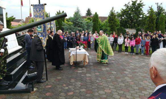 FOTO: Ziua Eroilor, omagiată la Sebeş. Diplome onorifice și flori veteranilor, văduvelor veteranilor de război și urmașilor acestora