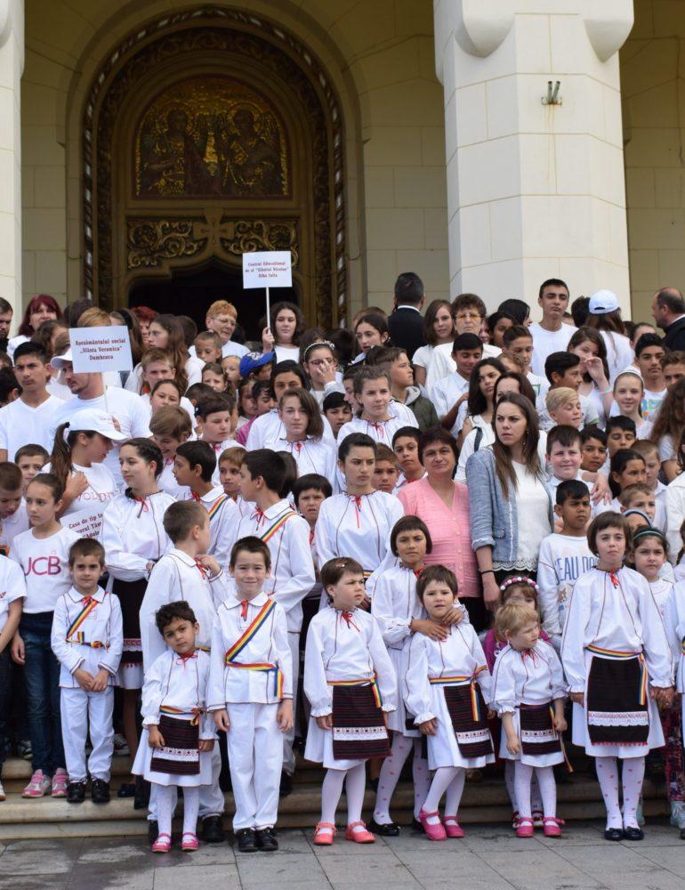 VINERI: Peste o mie de copii din aşezămintele Arhiepiscopiei Ortodoxe de Alba Iulia vor dansa Hora Străjerilor Unirii