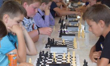 FOTO: Ciprian Gligor şi George Pleşa, învingători în turneul de șah pentru copii de la Bistra