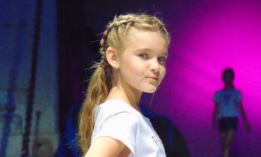 FOTO-VIDEO: Carolina Fashion Kids, la Alba Iulia. Elevii Şcolii de Modelling Cleopatra Popescu au prezentat creaţiile vestimentare sub ameninţarea ploii
