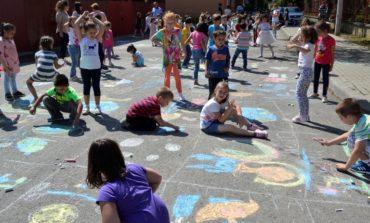"""FOTO IPJ Alba: Desene pe asfalt pentru copiii din Cugir, organizate în cadrul proiectului """"Educaţie Rutieră – Educaţie pentru viaţă"""""""