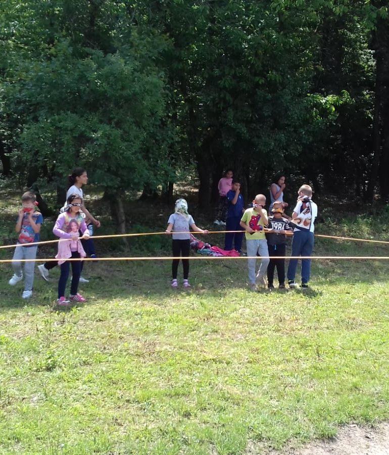 """FOTO: Copiii de la Centrul de Zi """"Sfântul Nicolae"""" din Valea Lungă, în excursie la Centrul de Tineret de la Obârșia Tiurului"""