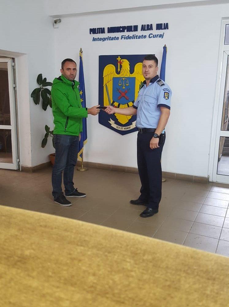 """FOTO: Un bărbat a fost numit """"cetățeanul zilei"""" la Alba Iulia după ce a predat la poliție un portofel cu bani și acte"""