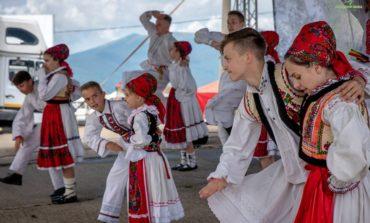FOTO: Târgul de Fete – cel mai puternic brand tradiţional românesc. Centenarul Marii Uniri, marcat la Târgul de Fete: un drapel național de mari dimensiuni, arborat pe cel mai înalt punct de pe Muntele Găina