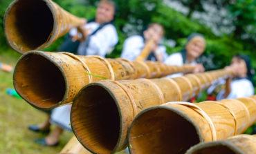 FOTO: Târgul de Fete, cea mai mare sărbătoare populară din România, deschis de cântecul unic al tulnicăreselor, simbol al Munţilor Apuseni