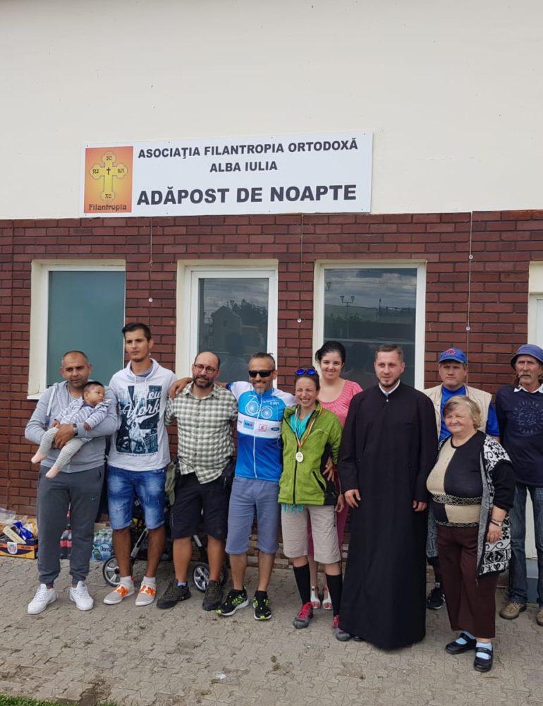 """FOTO: Donație din partea bicicliștilor prezenți la acțiunea ,,Pedalăm pentru România"""" la Adăpostul de noapte din Gara CFR Alba Iulia"""