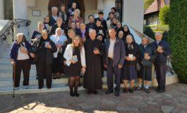 """FOTO: Pelerinaj la mănăstiri din judeţul Mureş pentru vârstnicii ocrotiţi prin Serviciul socio-medical de îngrijire la domiciliu """"Sfânta Varvara"""" din Baia de Arieș"""