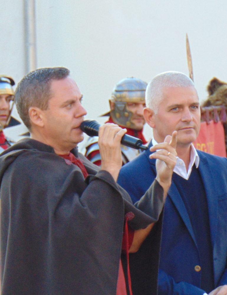 FOTO-VIDEO: Virgil Ianţu, invitatul special al Gărzii Apulum la spectacolul săptămânal de reconstituire istorică de la Alba Iulia