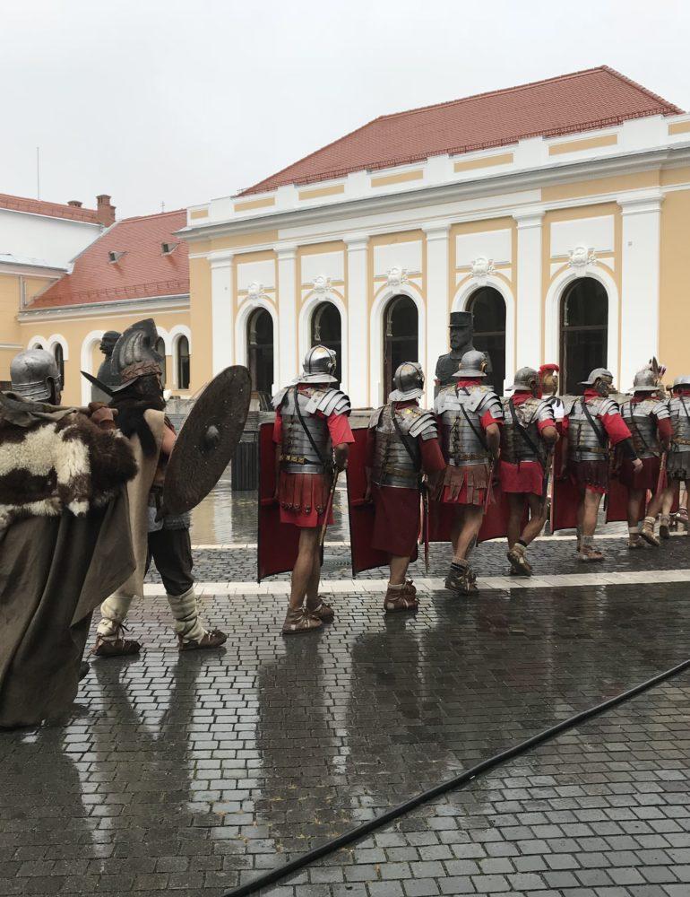 FOTO-VIDEO: Şase ani cu Garda Apulum. Spectacol aniversar în Piaţa Cetăţii