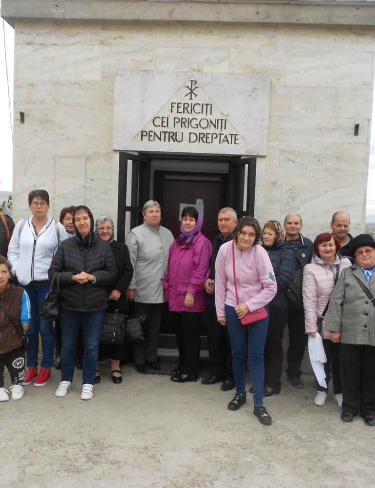 FOTO: Persoanele cu dizabilităţi din Alba Iulia, în pelerinaj la mănăstiri din judeţele Alba şi Cluj
