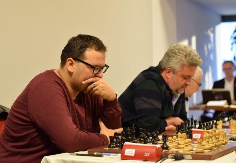 """FOTO: Cu o rundă înainte de final Andrei Istrăţescu este lider în Openul Internaţional de Şah """"România 100"""" alături de alţi patru jucători"""