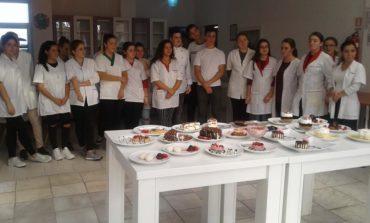 FOTO: O zi dulce în cofetăria Colegiului Economic Dionisie Pop Marțian din Alba Iulia