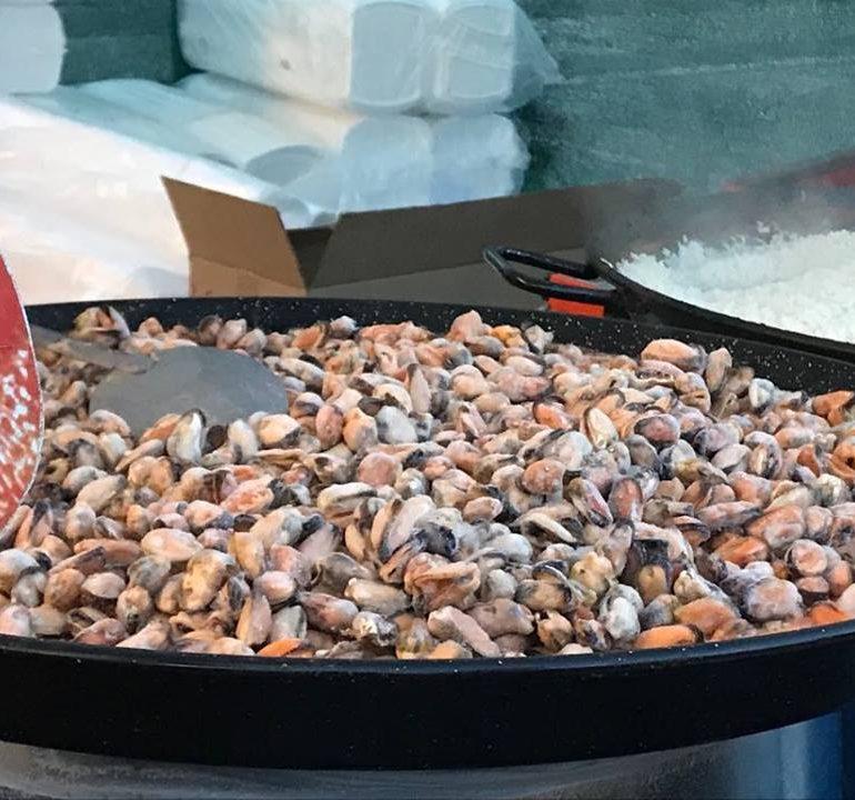 FOTO: Zeci de kilograme de creveți, calamari, caracatițe și raci la Festivalul Racilor și Fructelor de mare de la Alba Iulia