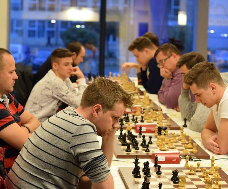 """FOTO: Vadim Moiseenko (Rusia) este noul lider în Openul Internațional de Șah """"România 100"""""""