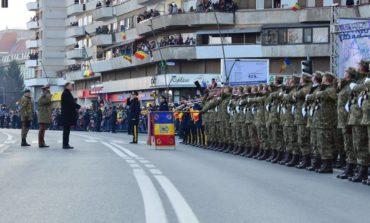 FOTO-VIDEO: Parada militară de 1 Decembrie de la Alba Iulia. 1800 de militari, avioane, tancuri și lansatoare de rachete