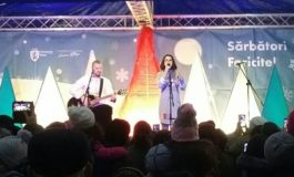FOTO-VIDEO: Inaugurarea Parcului de Crăciun de la Sebeș. Colindătorii, Cleopatra și Pavel Stratan au adus magia sărbătorilor de iarnă în oraș