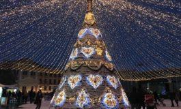 FOTO-VIDEO: Atmosferă de sărbătoare în Parcul Sărbătorilor de Iarnă din Alba Iulia. Colinde și cântece de Crăciun oferite de tineri colindători