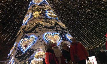 """Foto: """"Crăciunu` din 21"""" la Alba Iulia. Cadouri de la Moș Crăciun pentru cei mici și spectacol de proiecții"""