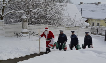 """FOTO: Campania IPJ Alba, """"De Crăciun, dăruieşte din suflet!"""". Daruri pentru copiii din două case de tip familial"""